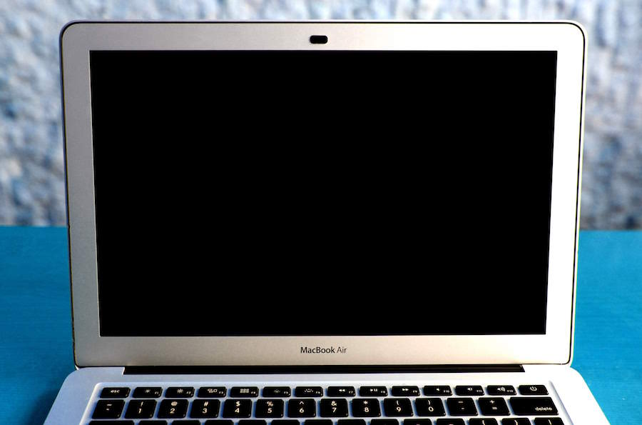 Macbook air con nope tapando la webcam